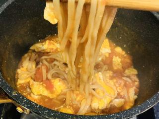 鸡蛋西红柿打卤面,把面条先夹起来,起锅了;