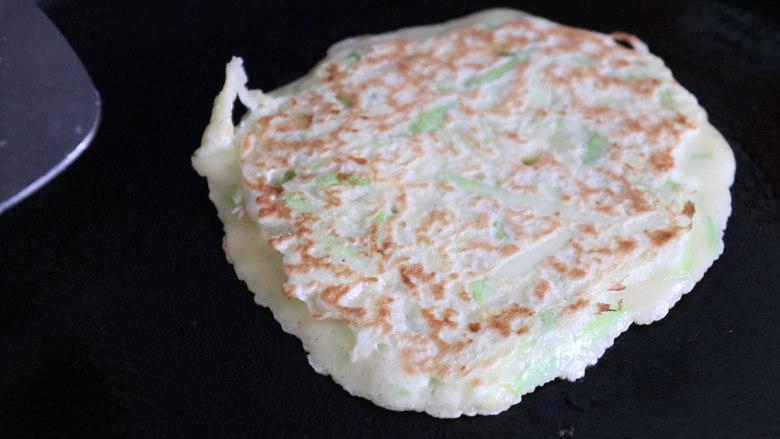 西葫芦鸡蛋饼,煎至两面金黄