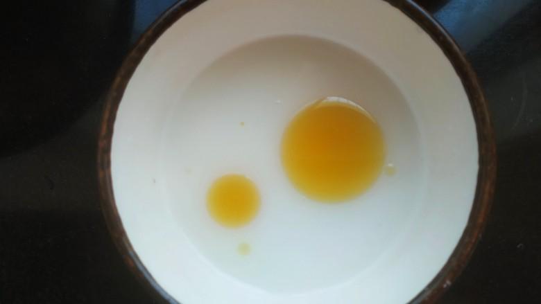 鸡蛋西红柿打卤面,小碗中放入一勺淀粉适量清水,滴入适量香油