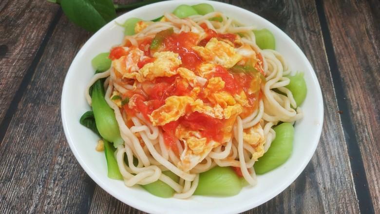 鸡蛋西红柿打卤面,把油菜铺在盘底,面条放油菜上面,做好的西红柿鸡蛋卤浇到面条上即可