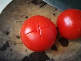 鸡蛋西红柿打卤面,番茄划十字刀开水烫五分钟