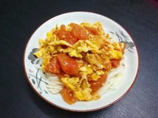 鸡蛋西红柿打卤面,将面条放入盘中再放入番茄鸡蛋拌匀