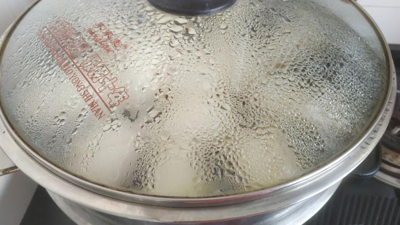 黄金小馒头,冷水下锅,烧开蒸20分钟后关火,焖两分钟揭锅