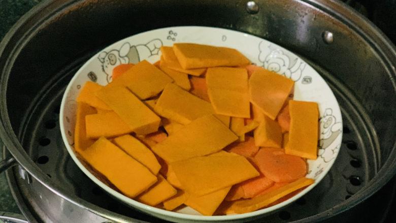 黄金小馒头,把削薄片的南瓜和胡萝卜装碗里,上锅蒸;