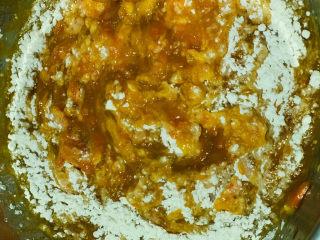 黄金小馒头,压好的南瓜胡萝卜泥倒入大盆中,面粉分次逐步加入;