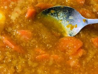 黄金小馒头,把黄油和白糖搅拌均匀,同时将南瓜和胡萝卜压成泥,胡萝卜不容易压泥,会呈颗粒状,在揉的时候会越来越小,胡萝卜也可以单独蒸,然后用搅拌机搅拌成泥,胡萝卜少量增色用;