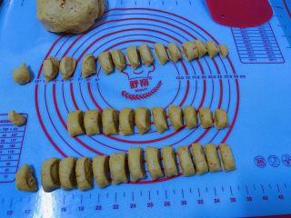 黄金小馒头,一次发酵,不用等面团发2倍大,直接把面团切小团,搓长条,切小段;