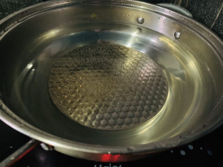 黄金小馒头,大火把水先烧开,然后放上醒发好的馒头胚,中火蒸20分钟;