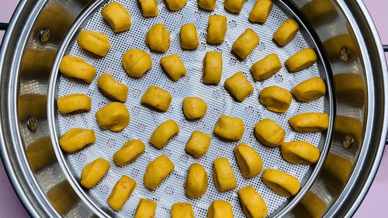 黄金小馒头,蒸锅铺上蒸垫,把切好的馒头胚一个个放在垫子上醒发半小时;