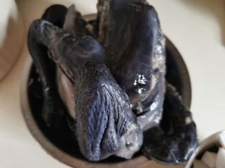 椰子炖鸡汤,劏净的新鲜乌鸡(竹丝鸡)一只,去内脏、肥脂及尾部,怕肥腻可整鸡去皮,斩件;起油锅,爆香姜片,下鸡块爆片刻,取出放炖盅里。