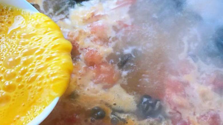 鸡蛋西红柿打卤面,汤开放入木耳再倒入打散的蛋液搅拌均匀