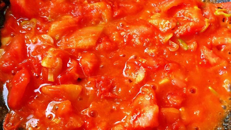 鸡蛋西红柿打卤面,炒至西红柿出汁成粘稠状
