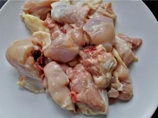 鸡腿炖香菇,鸡腿剁成块洗干净
