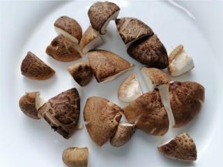 鸡腿炖香菇,将香菇切成小块
