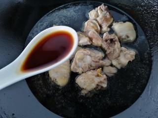 鸡腿炖香菇,加入适量水和两勺生抽开始炖