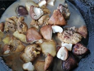 鸡腿炖香菇,煮一会之后加入香菇一起炖
