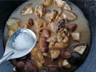 鸡腿炖香菇,加入少许盐调味