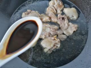 鸡腿炖香菇,加入一勺老抽上色