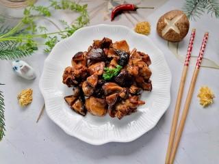 鸡腿炖香菇,拍上成品图,一道美味又营养的鸡腿炖香菇就完成了。