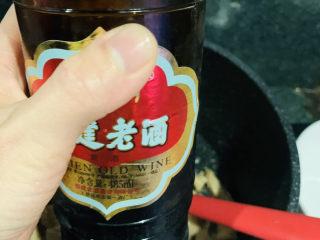 爆炒牛肚,加少许老酒,炝锅;