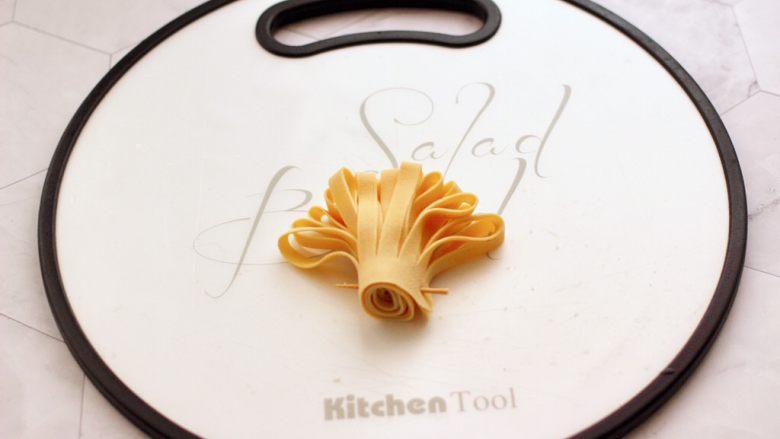 凉拌菊花豆皮,全部卷好后,底部用牙签固定好。