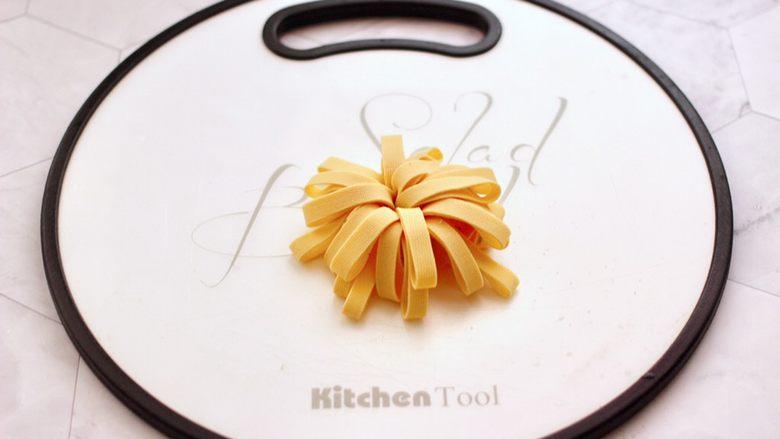 凉拌菊花豆皮,用手整理一下,立起来就是菊花的花朵模样了。