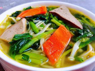 猪肝菠菜汤,营养丰富的猪肝菠菜汤装入容器中就大功告成了