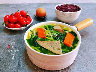 猪肝菠菜汤,搭配黑米饭、鸡蛋、水果就是标配的早餐