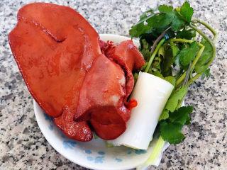 猪肝菠菜汤,猪肝在超市买卤好的家人喜欢吃这个卤味、葱、香菜