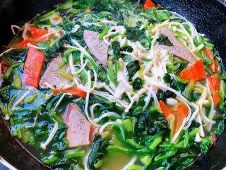 猪肝菠菜汤,汤烧开放入盐和味精调味均匀即可出锅享用