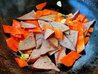 猪肝菠菜汤,放入胡萝卜翻炒均匀再放入猪肝大火快速翻炒