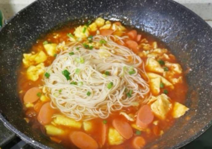 鸡蛋西红柿打卤面,将面条放入鸡蛋番茄中,翻拌一下