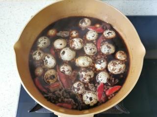 五香鹌鹑蛋,放入鹌鹑蛋大火煮开转小火焖煮20分钟