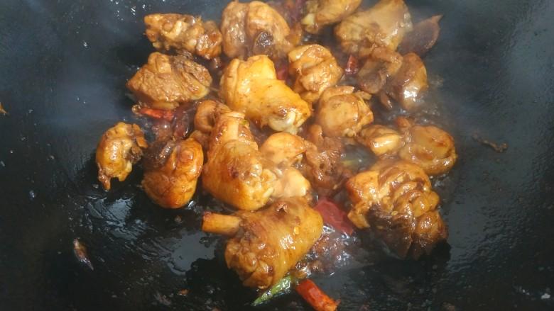 鸡腿炖香菇,翻炒两三分钟上色