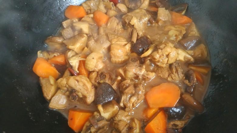 鸡腿炖香菇,大火烧开几分钟,汤汁浓稠,关火出锅