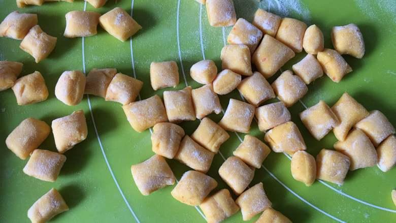 黄金小馒头,然后切成小颗粒,可以撒上适当的干粉但不要太多,然后静置15分钟