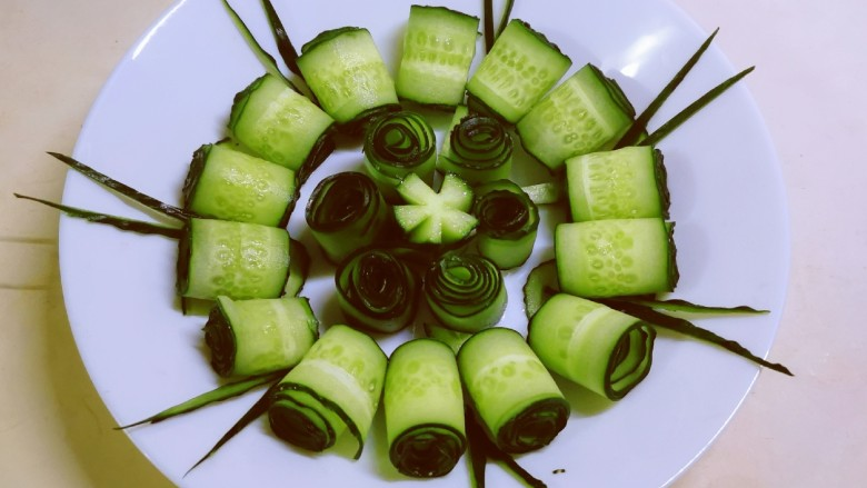 凉拌黄瓜卷,用第一刀切下的黄瓜皮 切丝装饰盘边
