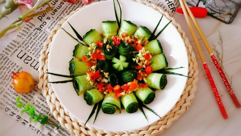 凉拌黄瓜卷,将料汁浇到黄瓜卷上面 吃的时候拌一拌即可