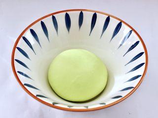 槐花扇贝肉丁翡翠饺子,揉成光滑细腻的面团。
