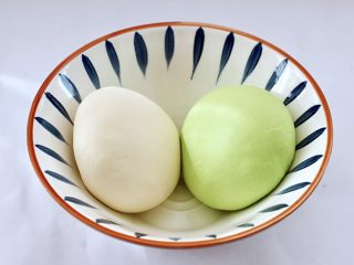 槐花扇贝肉丁翡翠饺子,剩下的200克面粉,加入清水和成面团,和好的两个颜色的面团静置半个小时。