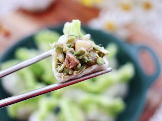 槐花扇贝肉丁翡翠饺子,吃上一口超级满足,嘻嘻,老公一口气吃了一盘。