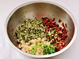 槐花扇贝肉丁翡翠饺子,把切碎的扇贝丁和葱姜,槐花放入盆中r