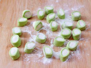 槐花扇贝肉丁翡翠饺子,滚圆后用刀切成大小一致的剂子。