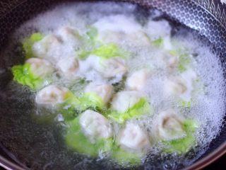 槐花扇贝肉丁翡翠饺子,锅中倒入适量的清水煮沸后,放入包好的饺子煮沸后点少许清水,反复3次,看见所有的饺子都漂浮在水面上即可关火。