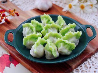 槐花扇贝肉丁翡翠饺子,清新脱俗又好吃的槐花扇贝肉丁翡翠饺子出锅咯。