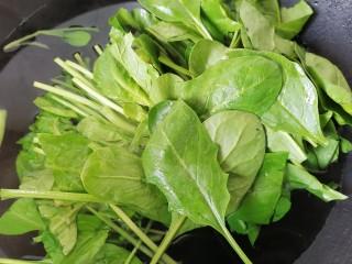猪肝菠菜汤,锅内放水烧开放入菠菜焯水,去除草酸