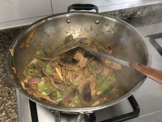 青椒炒猪肝,中火翻炒一两分钟收汁即可出锅