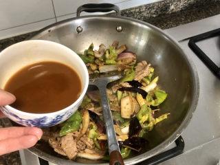 青椒炒猪肝,淋上调味汁,翻炒均匀