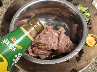 青椒炒猪肝,一茶匙耗油