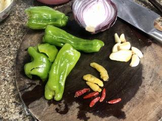 青椒炒猪肝,还需要四个青椒,半个洋葱,四五个干辣椒,三个泡椒,一小块姜,四五个蒜瓣